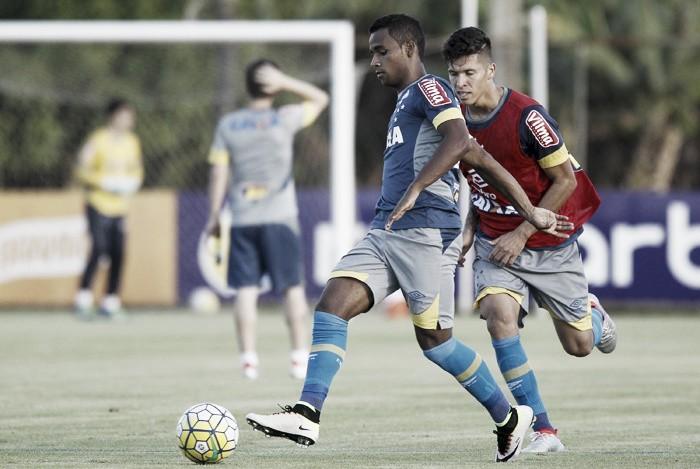 Élber é vetado com estiramento na coxa esquerda; Manoel volta a ser relacionado no Cruzeiro