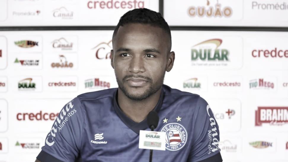 Atacante do Bahia, Élber comemora gol e fala da alegria em ajudar o time