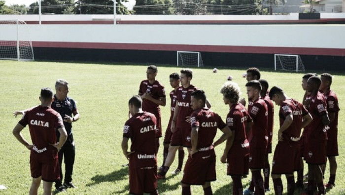 Após eliminação na Copa do Brasil, Atlético-GO é recebido com protestos e 'ovadas' no aeroporto
