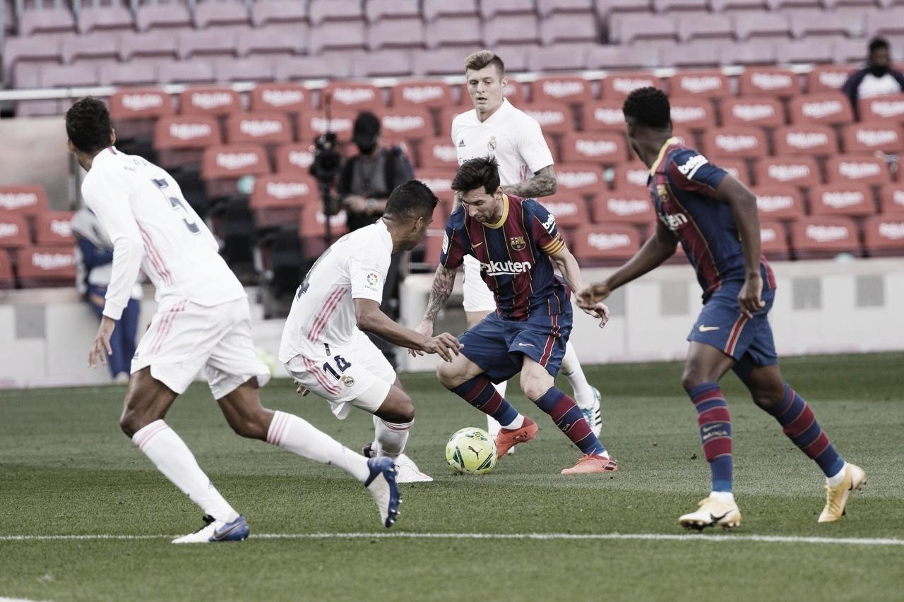 Messi disputando un balón frente a los jugadores madridistas | Foto: FCB