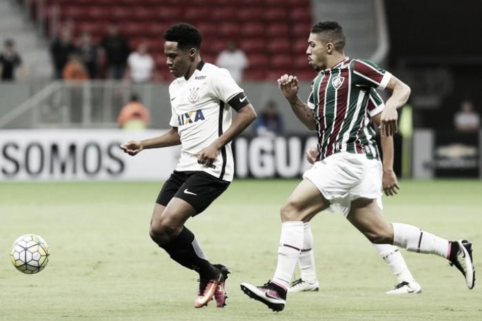Elias sofre fratura nas costelas após lance com Gum e desfalca Corinthians por dois meses