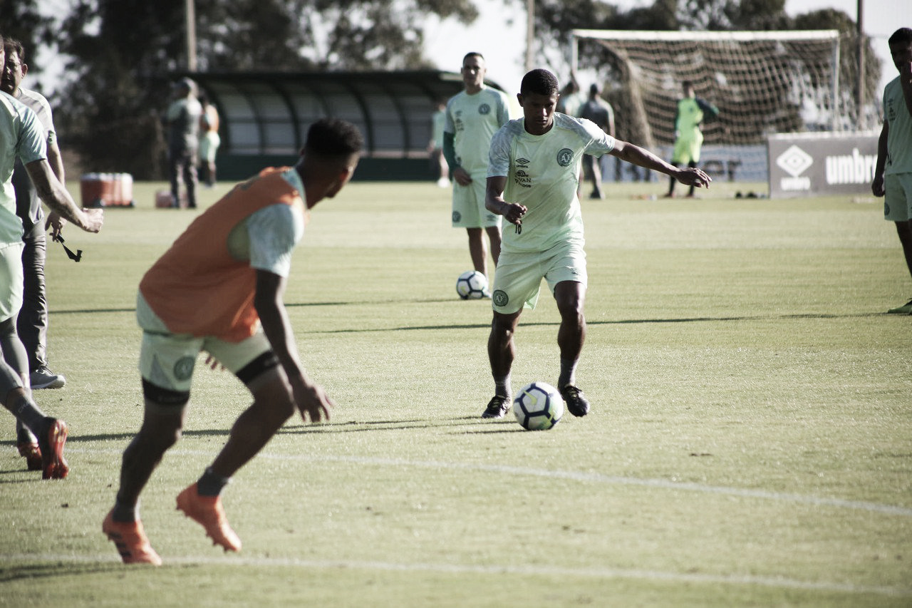 Elicarlos e Márcio Araújo voltam aos treinos e podem reforçar Chapecoense contra o Bahia