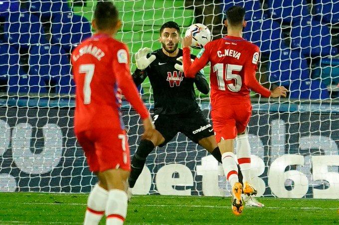 Rui Silva ataja un disparo ante la atenta mirada de Carlos Neva y Luis Suárez. Foto: Pepe Villoslada/GCF