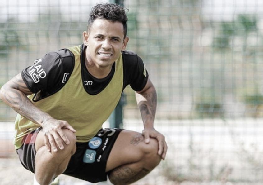 Elton comenta volta ao Brasil para atividades físicas e torce por retorno do futebol na Arábia Saudita