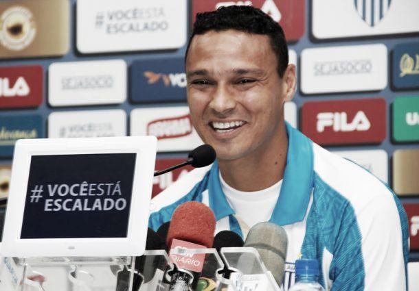 Zagueiro Emerson se mostra feliz com retorno ao Avaí