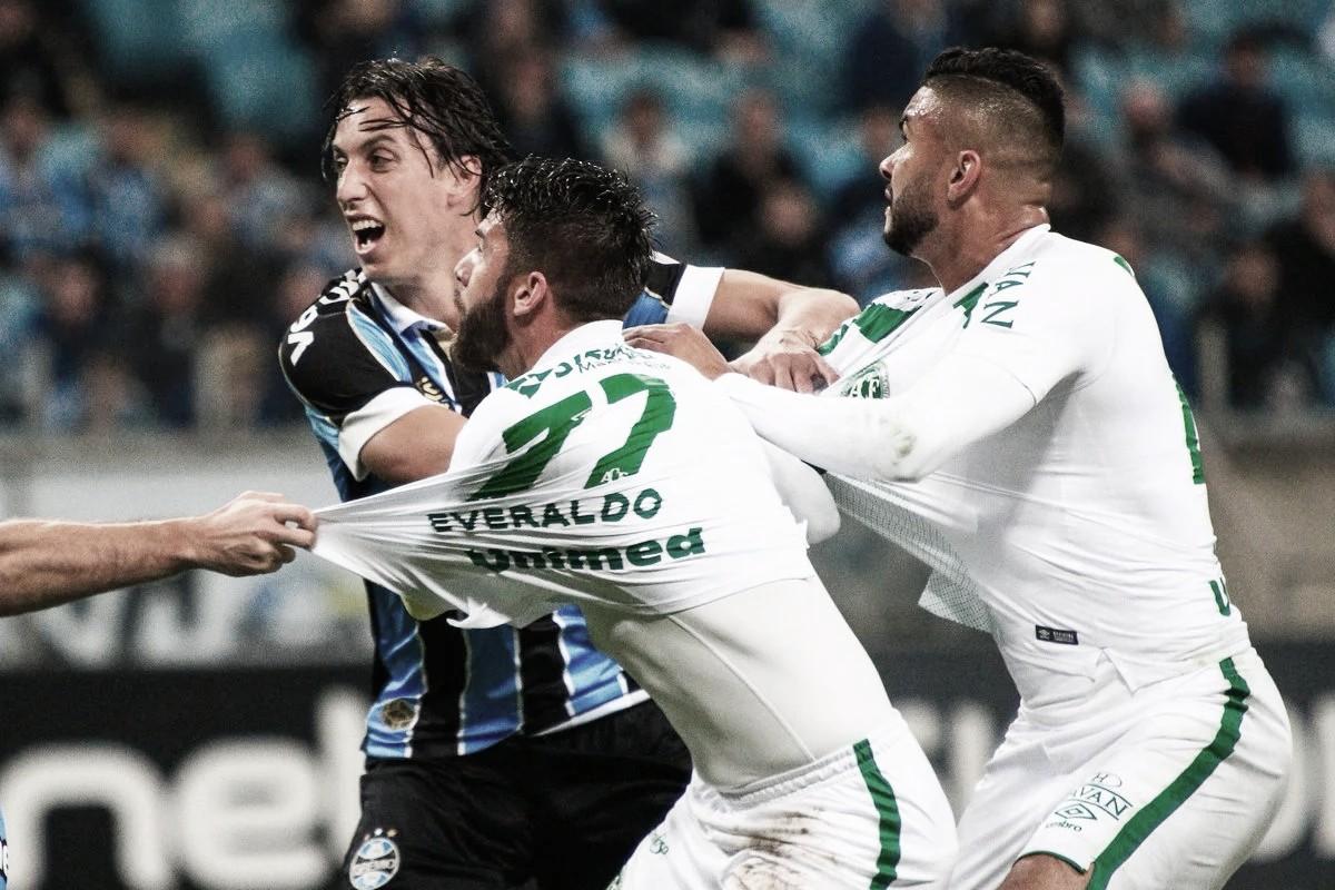 Com muitos gols e polêmica, Grêmio e Chapecoense empatam pelo Brasileirão