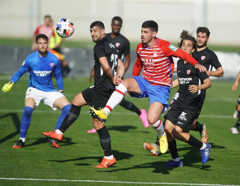Lance del partido entre el Recreativo Granada y el Sevilla Atlético | Foto: Pepe Villoslada / Granada CF
