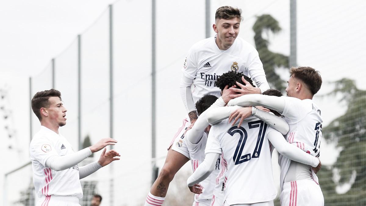 Los jugadores del cuadro blanco celebran la primera diana frente al CD Atlético Baleares | Fuente: @lafabricacrm (Twitter)