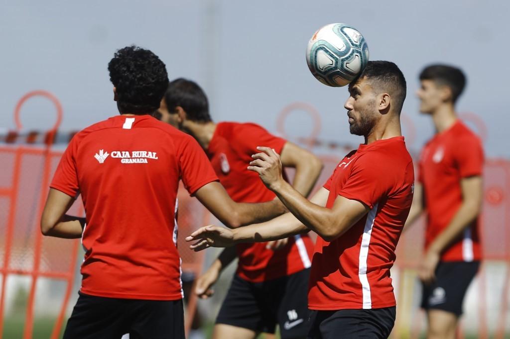 Diego Martínez convoca a 21 futbolistas para viajar a Vitoria
