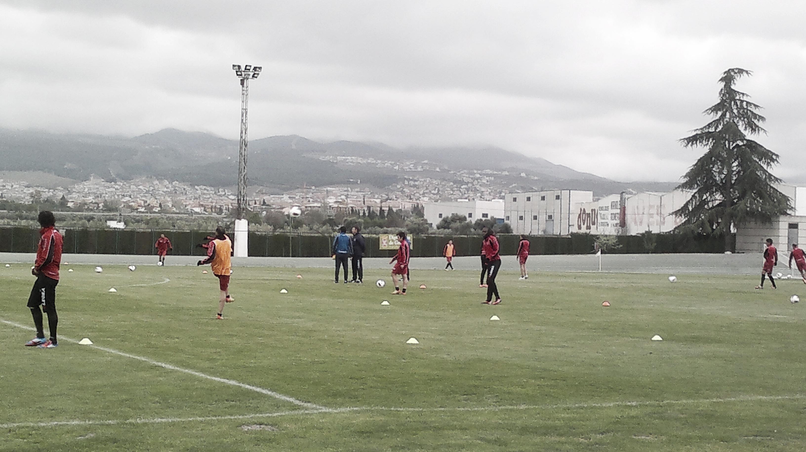 Ataque y defensa en el entrenamiento del Granada
