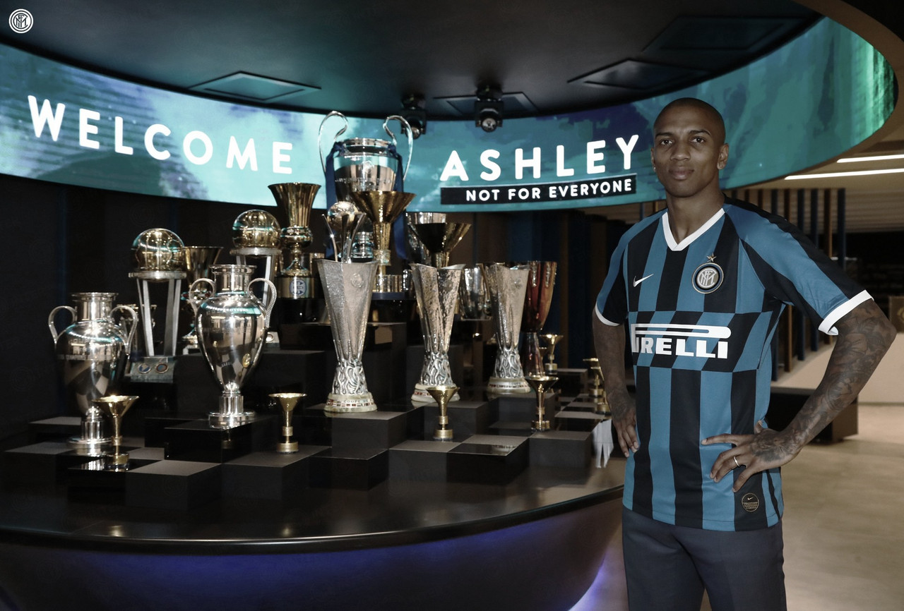 Após oito anos no Manchester United, Ashley Young assina contrato com Internazionale