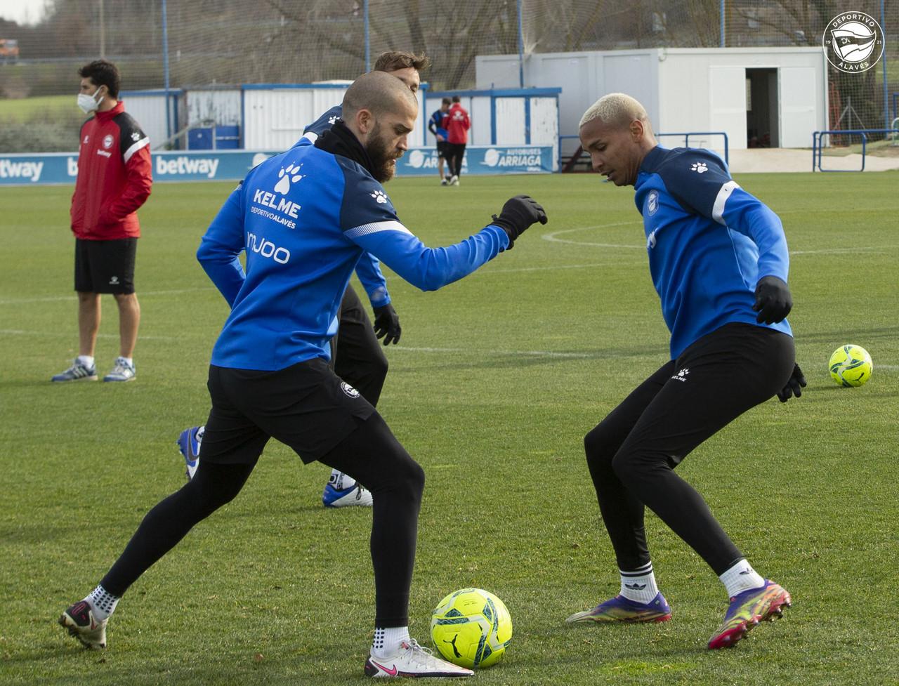Víctor Laguardia y Deyverson Silva pelean por el esférico en el entrenamiento matutino de este miércoles | Fuente: www.deportivoalaves.com
