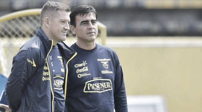 Auxiliar técnico do Equador critica arbitragem, mas vê falta de intensidade de seu time