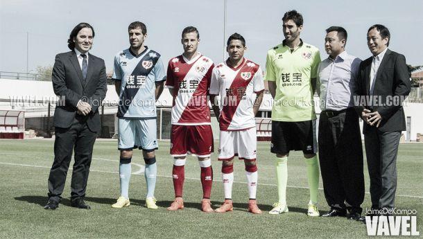 El Rayo Vallecano presenta las nuevas equipaciones de la temporada 2014/2015