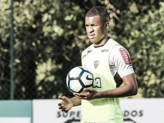 Zagueiro Erazo sai do treino mais cedo e é punido pela diretoria do Atlético-MG