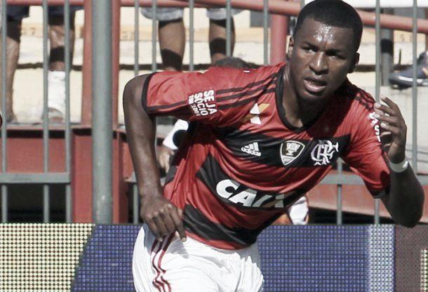 Expulso na estreia pelo Flamengo, Erazo mostra qualidades e é defendido por Jayme