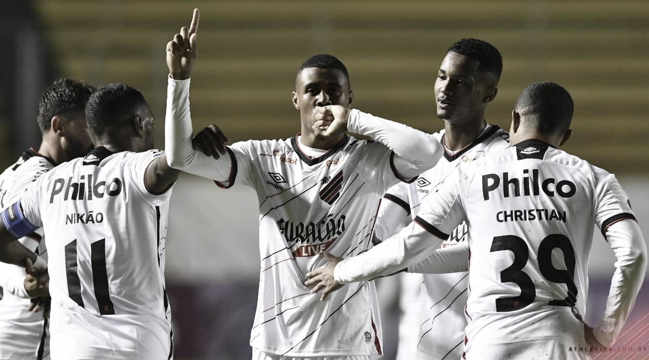 Athletico faz dever fora de casa, derrota Aucas e estreia com pé direito na Sul-Americana