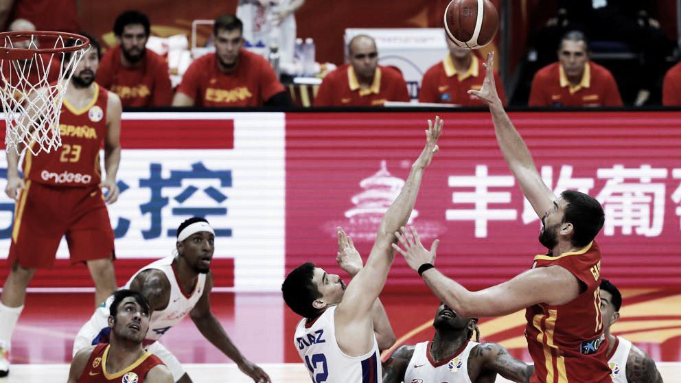 España gana y piensa ya en la segunda fase