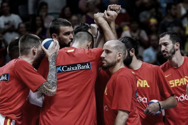 España se pasea antes de hacer la maleta (102-70)