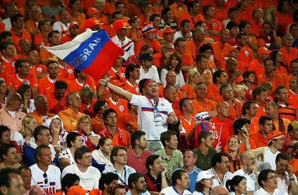 Hooligans rusos agreden en grupo a varios delegados polacos