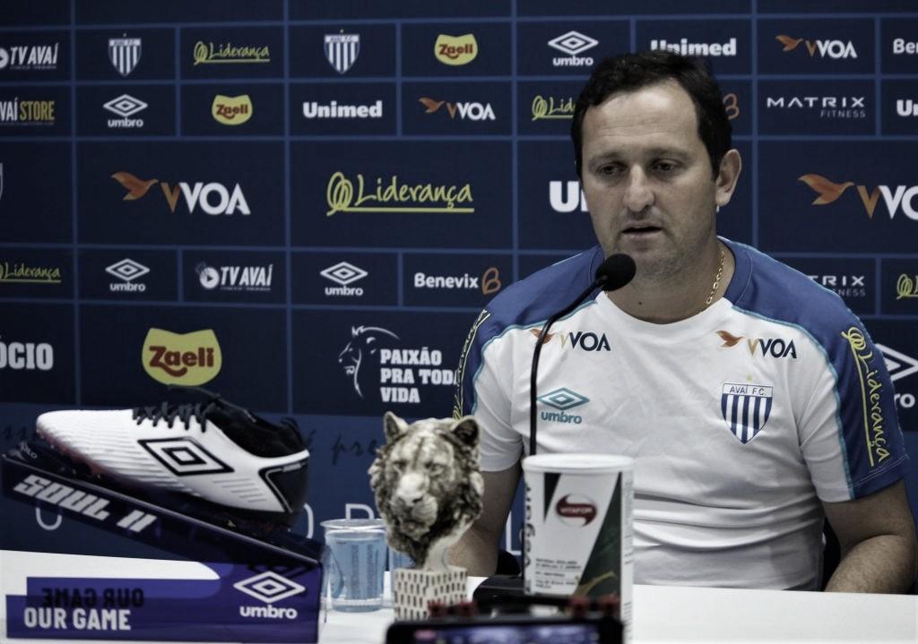 """Evando questiona expulsão precoce, mas ressalta postura do Avaí: """"Entregaram o máximo"""""""