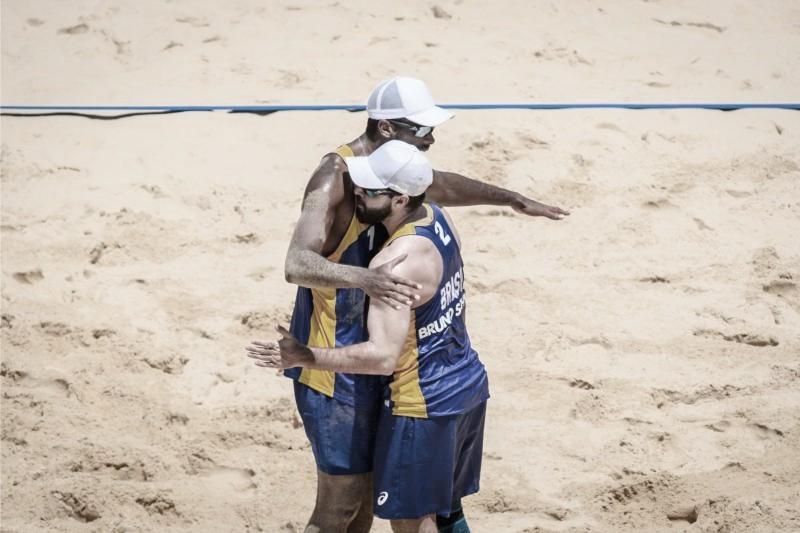 Dupla Evandro e Bruno Schmidt estreia com vitória no vôlei de praia em Tóquio