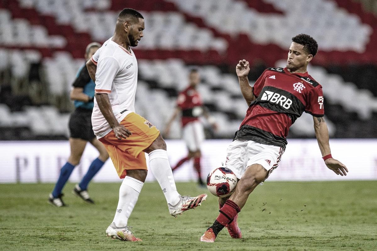 Chutaço de Max salva estreia pouco inspirada dos garotos do Flamengo contra o Nova Iguaçu