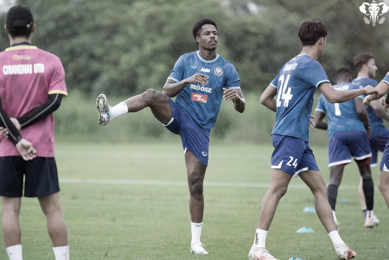 Evson destaca boa adaptação ao futebol tailandês e projeta temporada vitoriosa no Chiangmai United