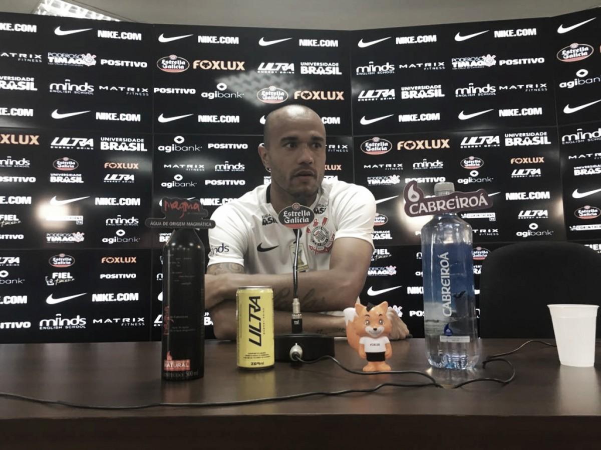 Corinthians apresenta Roger como reforço para ataque em 2018