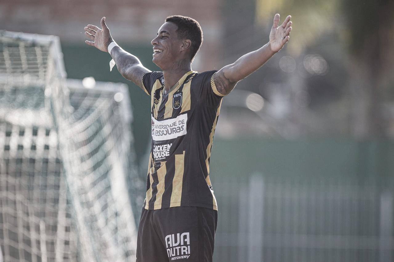 Volta Redonda suporta pressão do Fluminense, vence no fim e assume liderança do Carioca