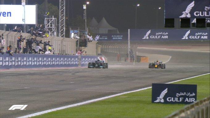 F1, Bahrain Gp - Chebell'inizio: vince Hamilton davanti ad un grande Verstappen
