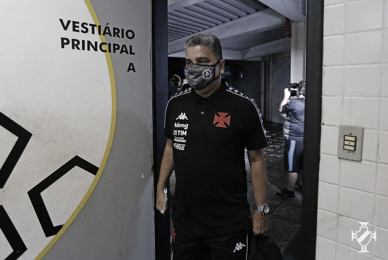 """Vibrante, Marcelo Cabo enaltece jogadores e dedica vitória à torcida: """"Ganhar clássico para o Vasco é normal"""""""