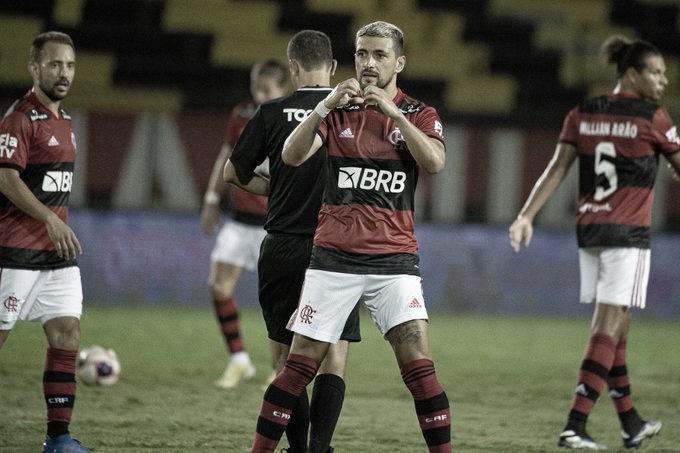 Avassalador, Flamengo goleia Madureira e retoma liderança do Carioca