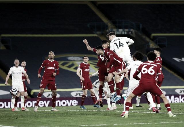 Em jogo marcado por protestos, Leeds arrancam empate com Liverpool no fim