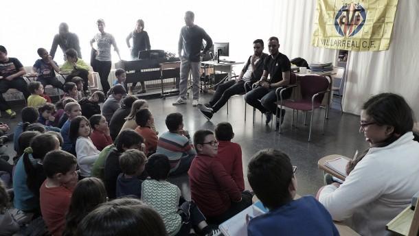 Los alumnos del CEIP Luis Vives acogen a Jaume Costa y Pablo Íñiguez