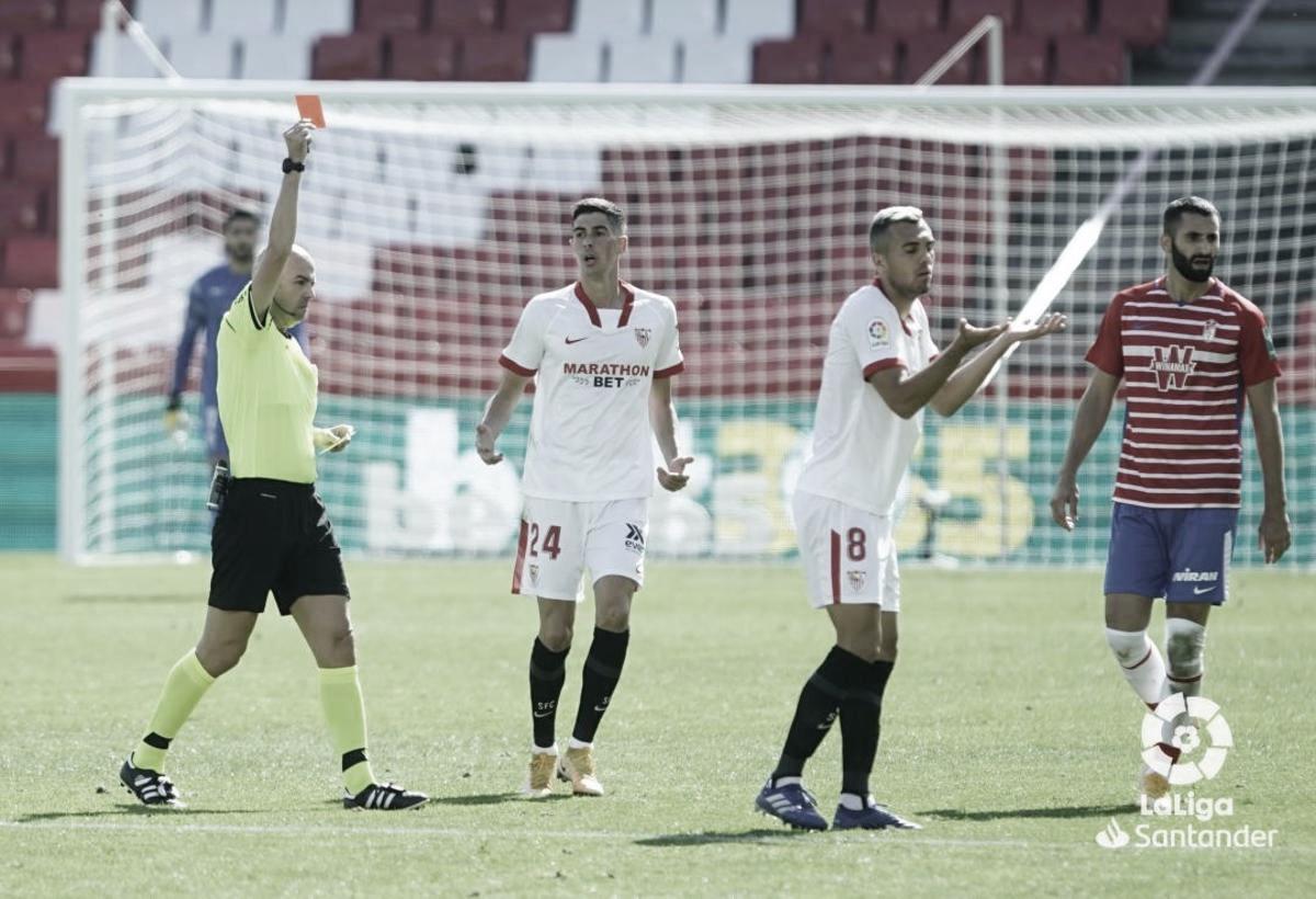 González Fuertes le muestra la roja a Joan Jordán / Foto: Laliga