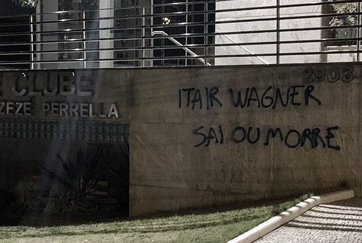 Com sede administrativa pichada, presidente e vice do Cruzeiro sofrem ameaças