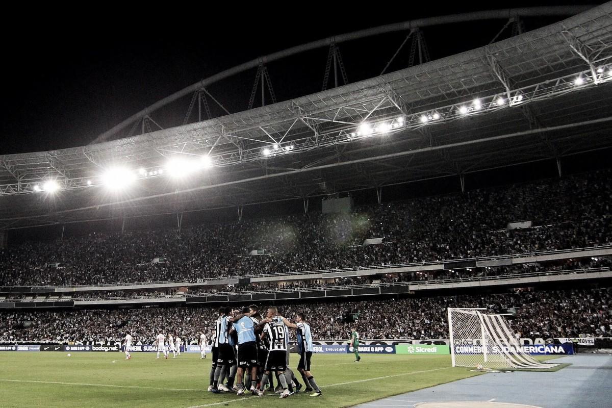 Com um gol em cada tempo, Botafogo vence Nacional-PAR e vai às oitavas da Sul-Americana