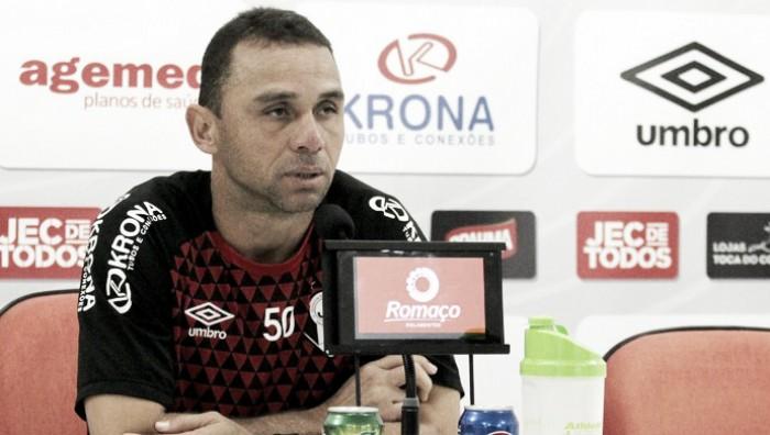 """Fabiano Santos vê Joinville oscilar na tabela, porém afirma: """"Temos que olhar com ar de esperança"""""""