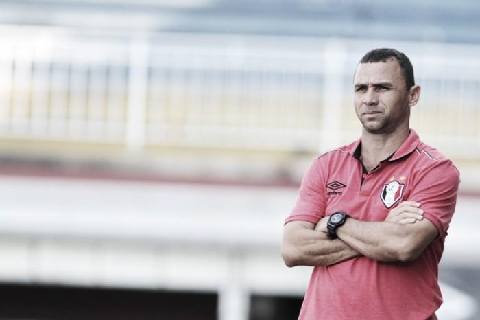 Técnico Fabinho Santos admite superioridade do Tubarão após derrota