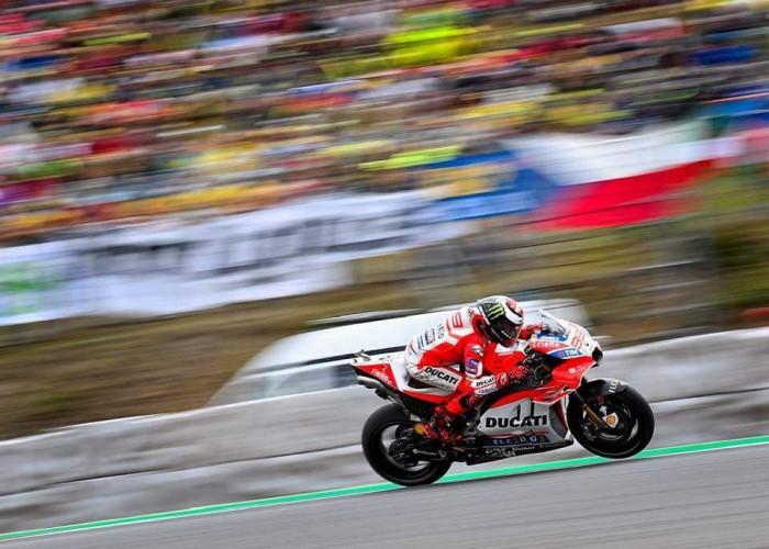 "MotoGp, Ducati - Lorenzo tuona: ""Flag-to-flag pericoloso!"""