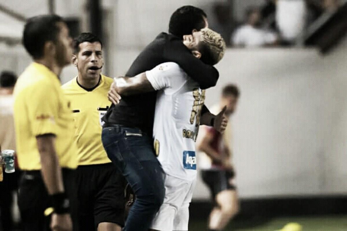 """Gabriel comemora vitória e fala sobre jejum de gols: """"Incomoda quando o Santos não ganha"""""""