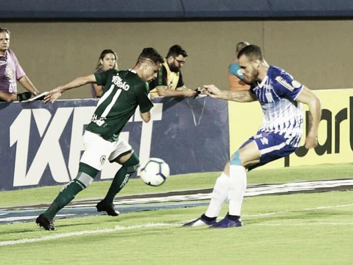 Com gols no final, Goiás vence Avaí e se aproxima do G-6