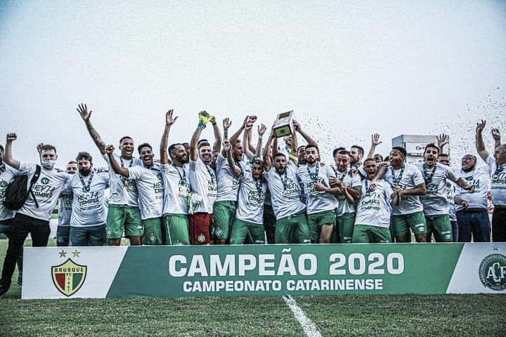 Da quase eliminação ao título: Chapecoense bate Brusque e garante hepta catarinense