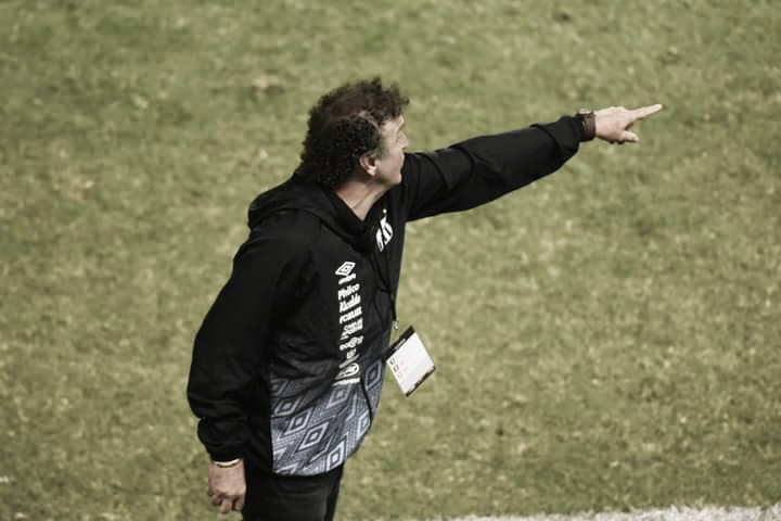 """Cuca valoriza vitória do Santos contra Delfín, mas ressalta: """"Poderia ter sofrido menos"""""""