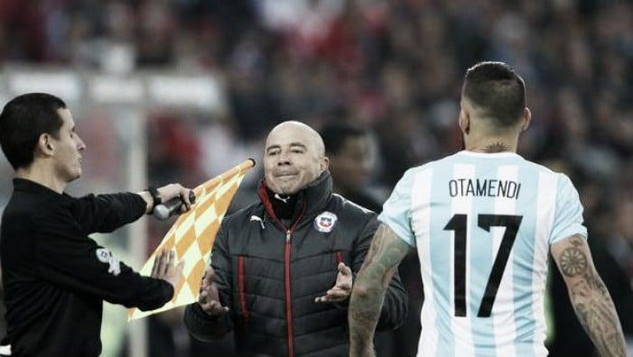 """Argentina, """"El hombrecito"""" su uno sfondo Albiceleste"""
