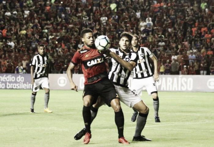 Com falha de Magrão e protestos da torcida, Botafogo vence Sport fora de casa
