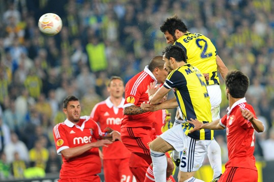 Brasileiro perde pênalti, zagueiro marca e Fenerbahçe vence Benfica