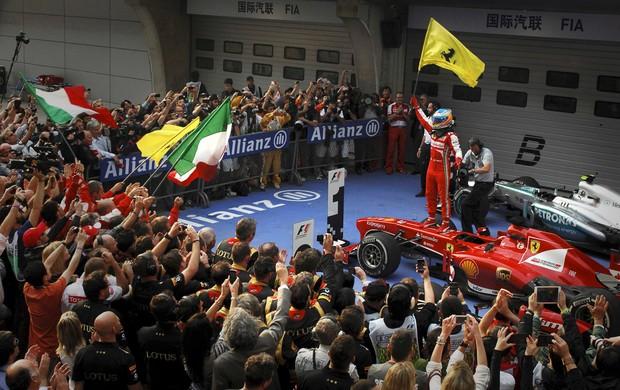 Alonso conquista primeira vitória no ano e embola a Fórmula 1