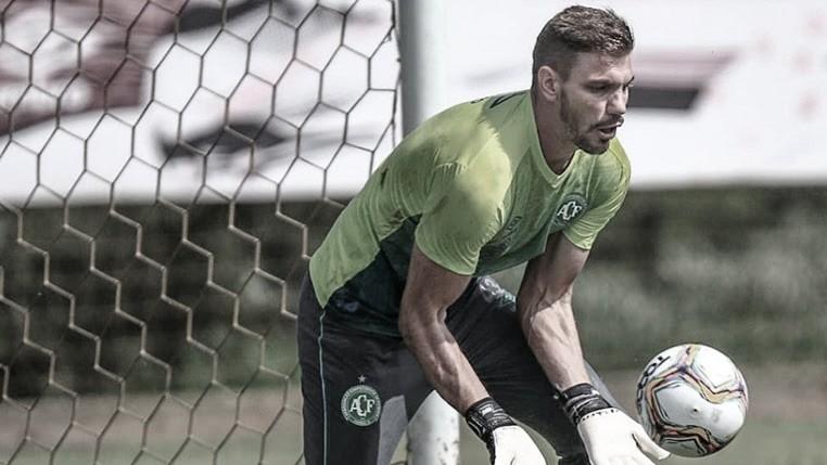 Após testes de Covid-19 na Chapecoense, goleiro João Ricardo avalia reinício dos treinamentos